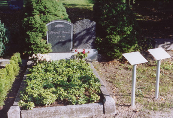 Grave Elberskirchen & Moniac with commemorative plaque © Ralf Dose 2004